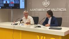 El alcalde de València, Joan Ribó, junto al concejal de Movilidad y presidente de la EMT, Giuseppe Grezzi.