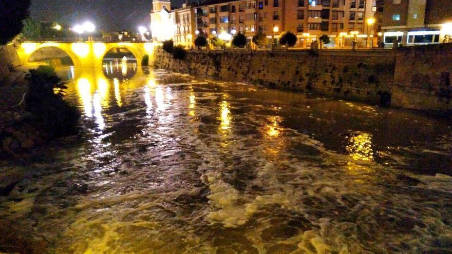 El río Segura con espuma cerca del Puente Viejo el domingo 28 de enero /HUERMUR