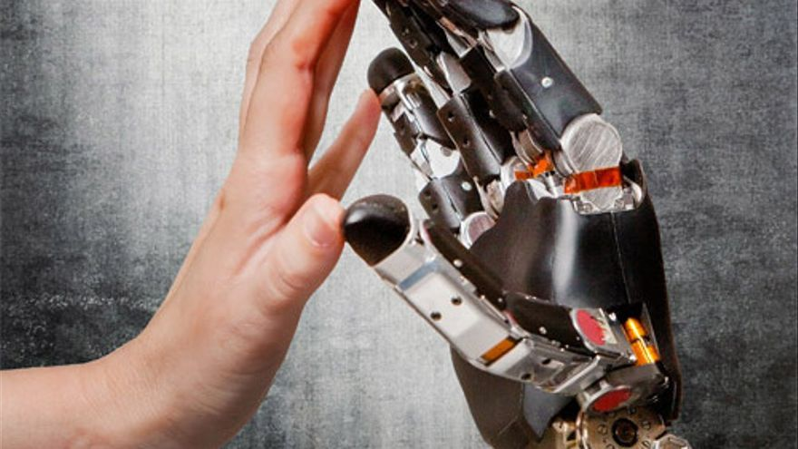 Se están desarrollando manos biónicas que permiten sentir la forma y consistencia de los objetos