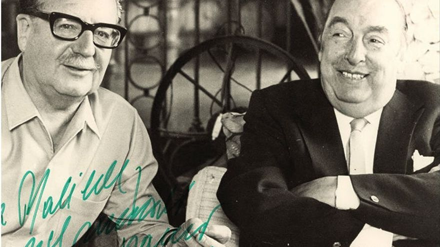 Foto de la cubierta de 'Poesía política' (Cátedra) que muestra a Salvador Allende junto a Pablo Neruda
