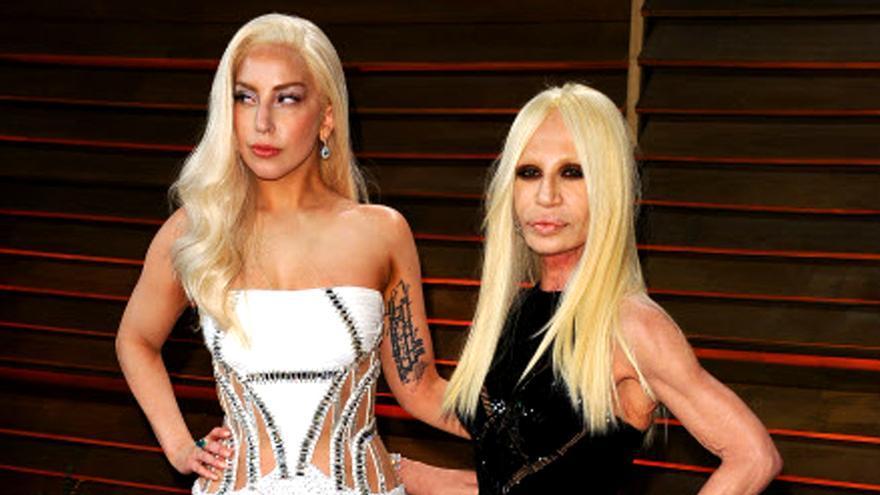 Lady Gaga junto a Donatella Versace