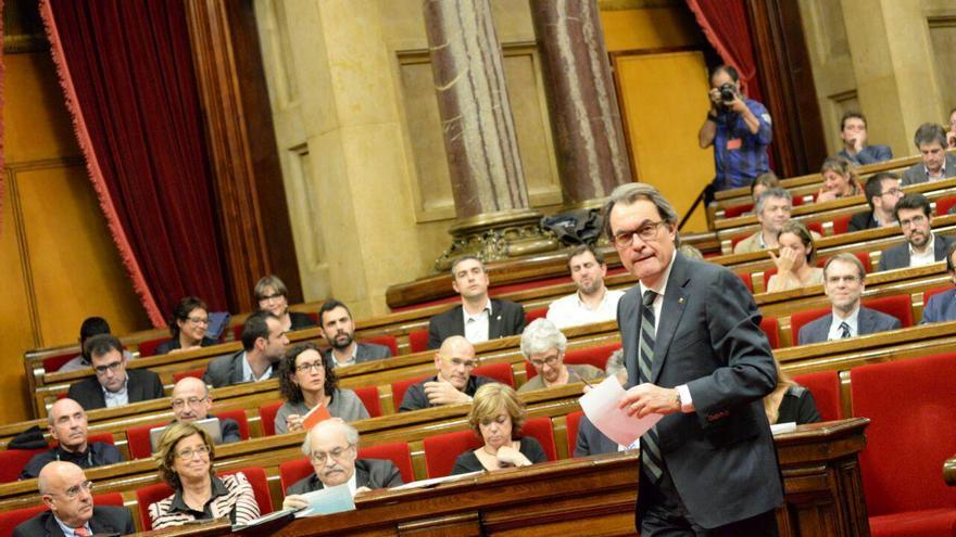 Artur Mas se dirige al escaño para pronunciar su discurso en el pleno de investidura / Sandra Lázaro