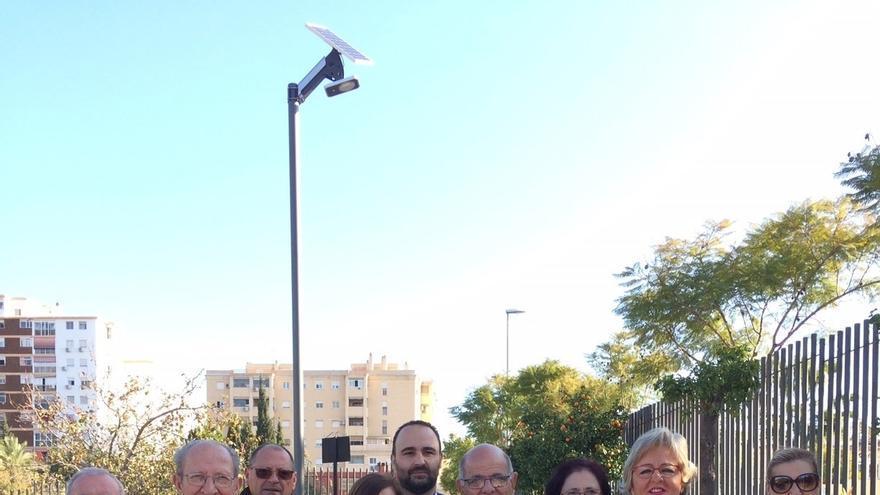El Ayuntamiento de Málaga comienza a instalar farolas de energía solar en el parque de la Laguna de la Barrera