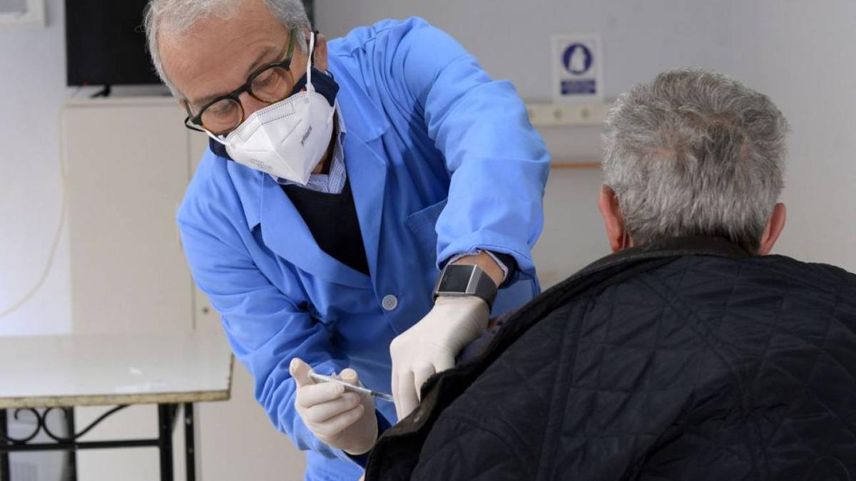 El concejal de Sanidad del Ayuntamiento de Murcia, Felipe Coello, administrando una vacuna