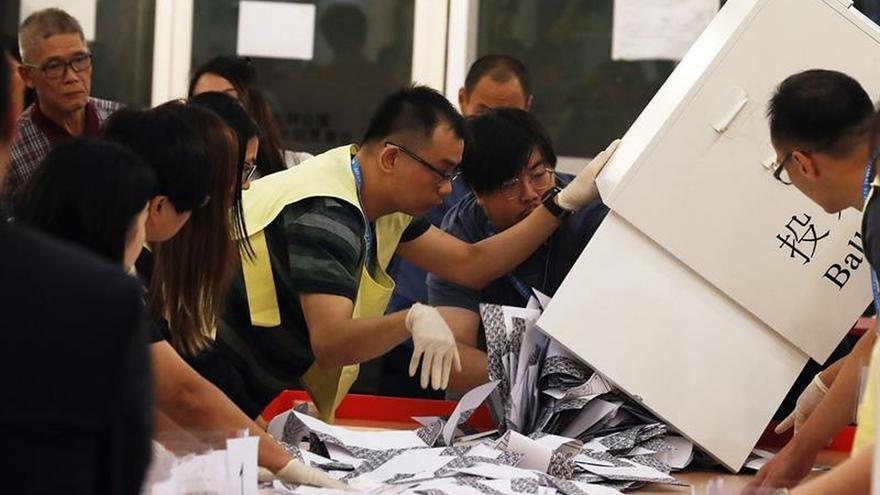 Aplastante victoria de los prodemócratas en las elecciones de Hong Kong