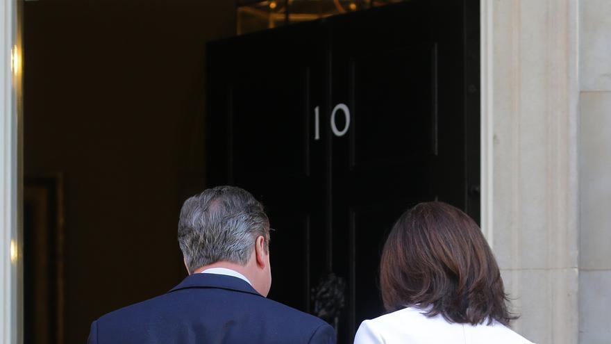 David Cameron y su mujer Samantha regresan a la residencia del primer ministro tras anunciar que abandonará el puesto / Michael Kappeler-DPA