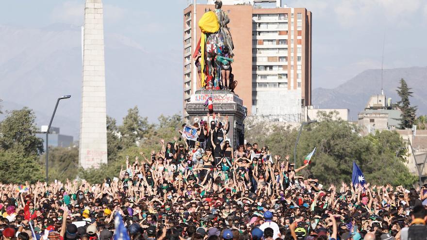 Las chilenas entonan el 'Un violador en tu camino' en la plaza de Italia de Santiago de Chile en una nueva jornada de protestas.