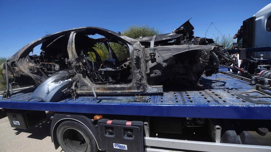 ALCALÁ DE GUADAÍRA (SEVILLA), 01/06/2019.- Imagen que muestra el vehículo en el que viajaba el futbolista Antonio Reyes tras el accidente mortal que ha sufrido este sábado en el kilómetro 17 de la A376, en la provincia de Sevilla.