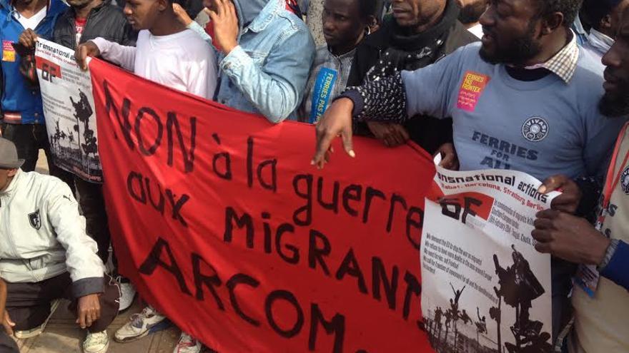 """Varios manifestantes sostienen una pancarta en la que piden """"no a la guerra contra los migrantes"""" en la marcha de denuncia de las muertes de Ceuta del 6 de febrero de 2014.   Foto: Elena González."""
