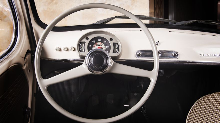 El generoso tamaño del volante del Seat 600, nada que ver con el de los coches actuales.