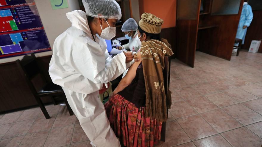 Arce pide acelerar la vacunación ante eventual cuarta ola de covid en Bolivia