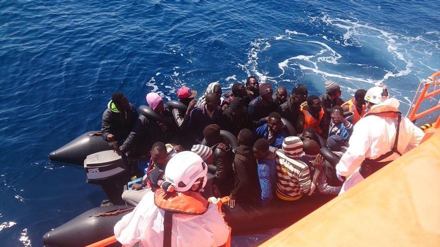 Salvamento rescata a los 96 ocupantes de tres pateras localizadas cerca de isla de Alborán