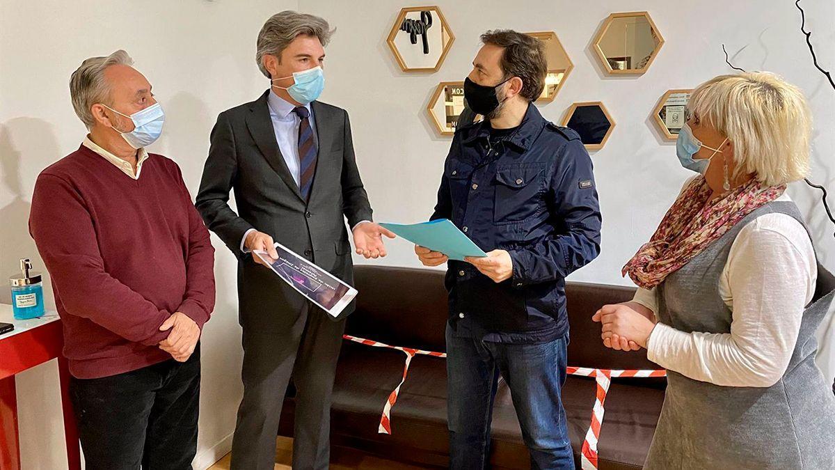 Lorite con representantes del sector de las peluquerías.