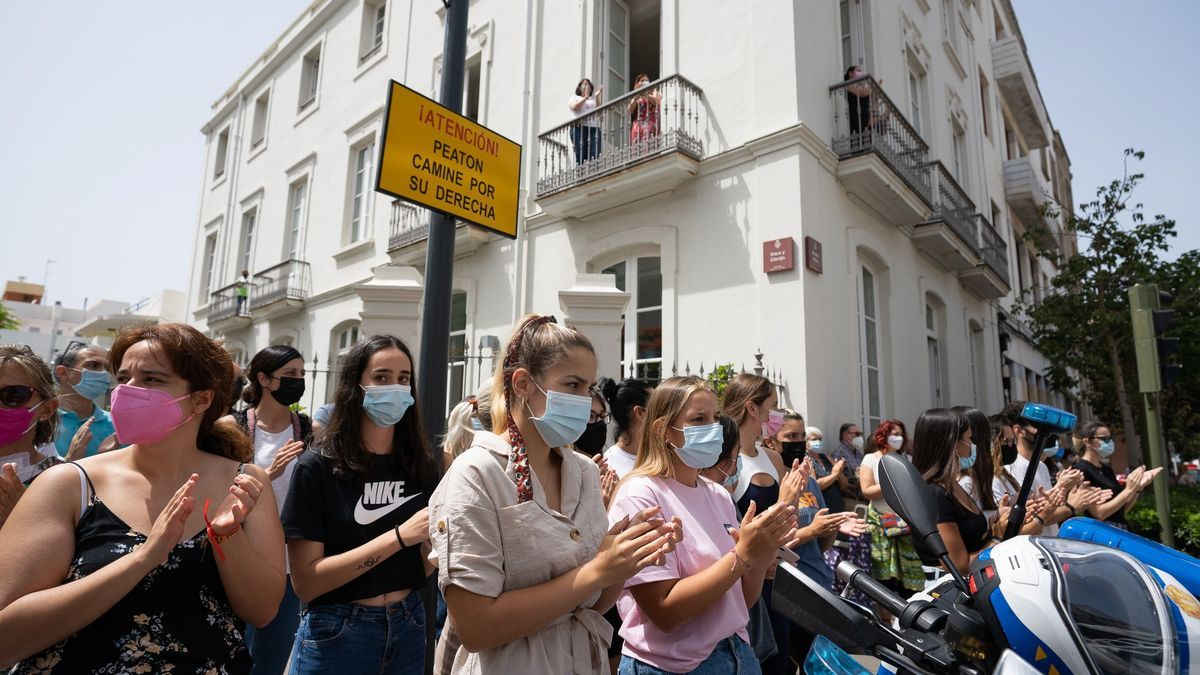 Ciudadanos frente al Ayuntamiento de Santa Cruz de Tenerife, donde se guardó un minuto de silencio por las niñas Anna y Olivia y en solidaridad con su familia