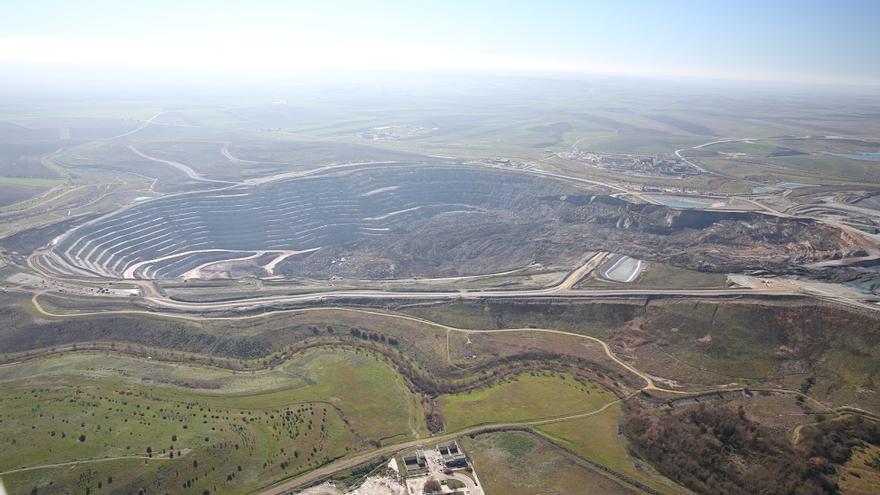 La corta de la mina, con la zona del derrumbe a la derecha.