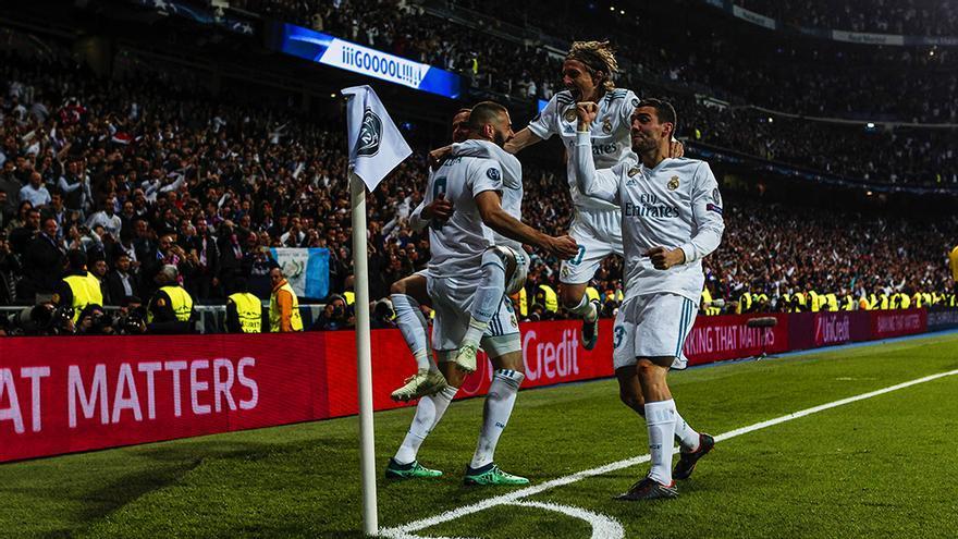 Benzema celebra uno de sus goles ante el Bayern con varios compañeros