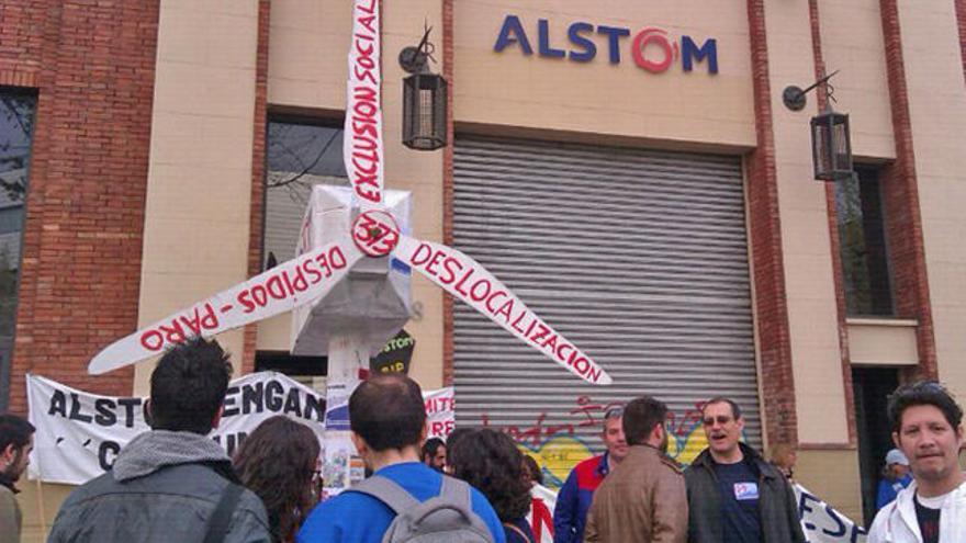 Concentración de trabajadores ante la sede de Alstom Wind en Barcelona  Foto: Diari del Treball