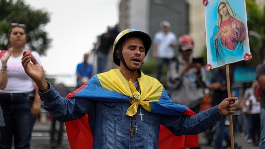 Centenares de venezolanos se manifiestan en favor y en contra de la fiscal