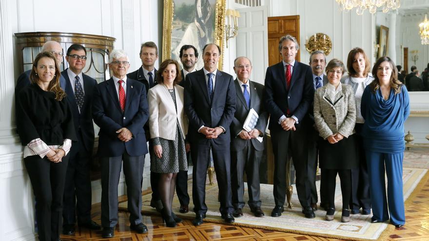 Foto de familia del equipo directivo de la UIMP con Ignacio Diego e Íñigo de la Serna durante la presentación de los Cursos de Verano 2015.
