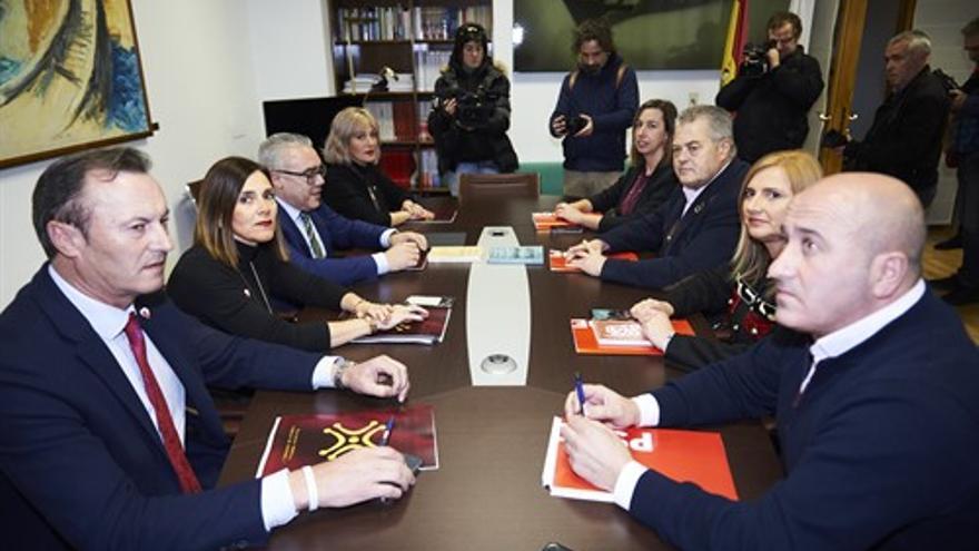 Los equipos negociadores de PSOE y PRC. | JUAN MANUEL SERRANO ARCE (EP).