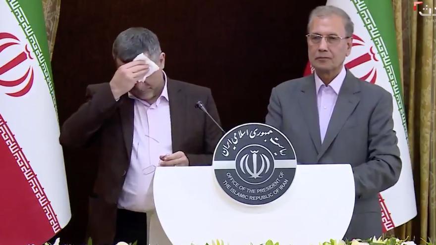 El viceministro iraní de Sanidad se seca el sudor durante la rueda de prensa.