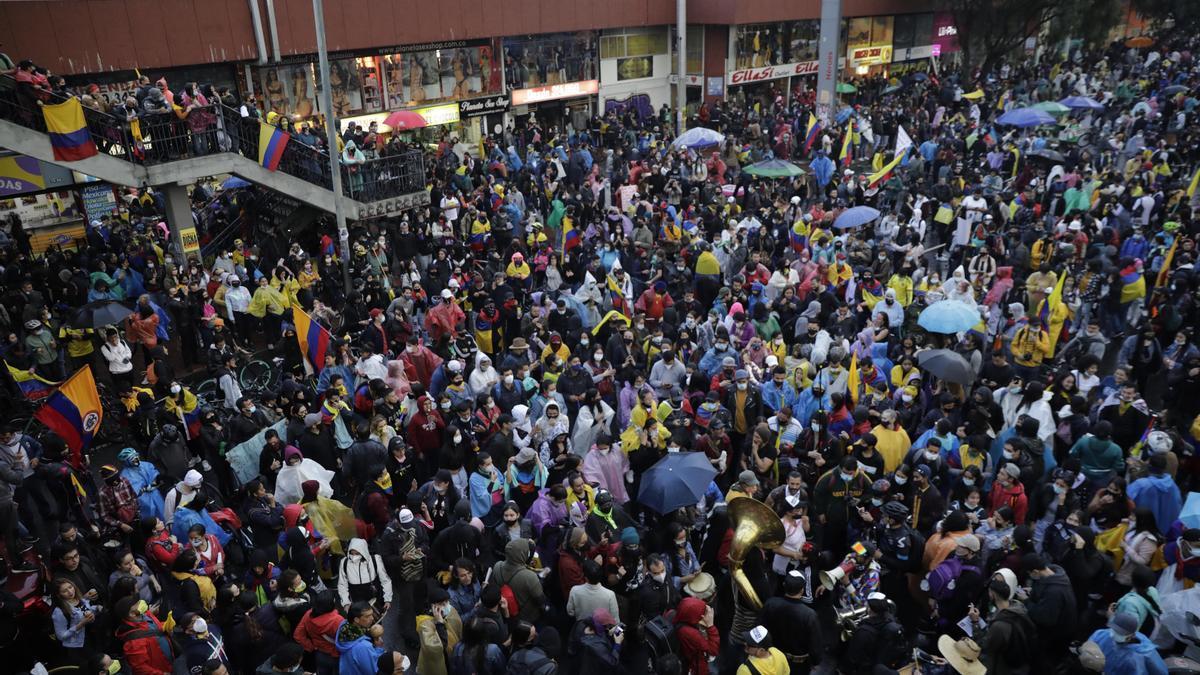 Miles de manifestantes se congregan en el Monumento a los Héroes para conmemorar un mes de protestas en el país, en Bogotá.