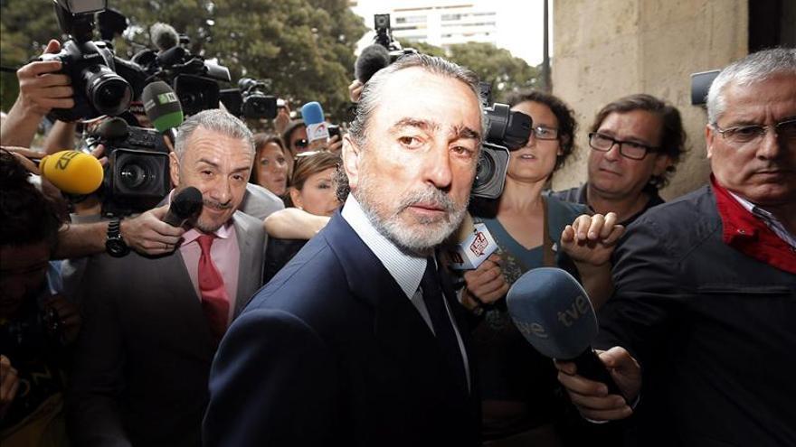 Francisco Correa y su abogado, Juan Carlos Navarro, antes de una declaración en Valencia