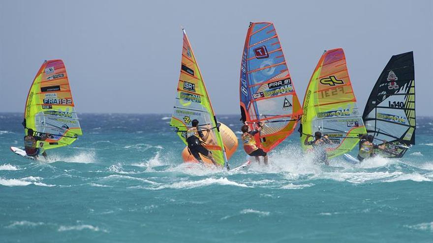 El francés Antoine Albeau (FR192), el israelí, Arnon Dagan (ISR1), los francese, Cedric Bordes (Fra91) y Nicolas Warembourg (F531) y el Italiano Matteo Iachino (I140) (i-d) durante su participación en la primera fase de la prueba de slalom del Campeonato del Mundo de Windsurf de Fuerteventura que ha arrancado hoy, en la playa de Sotavento. EFE/Carlos De Saá