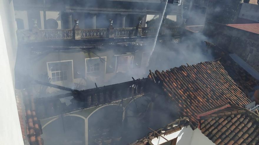 El incendio en el Ateneo de La Laguna hace ceder el techo.