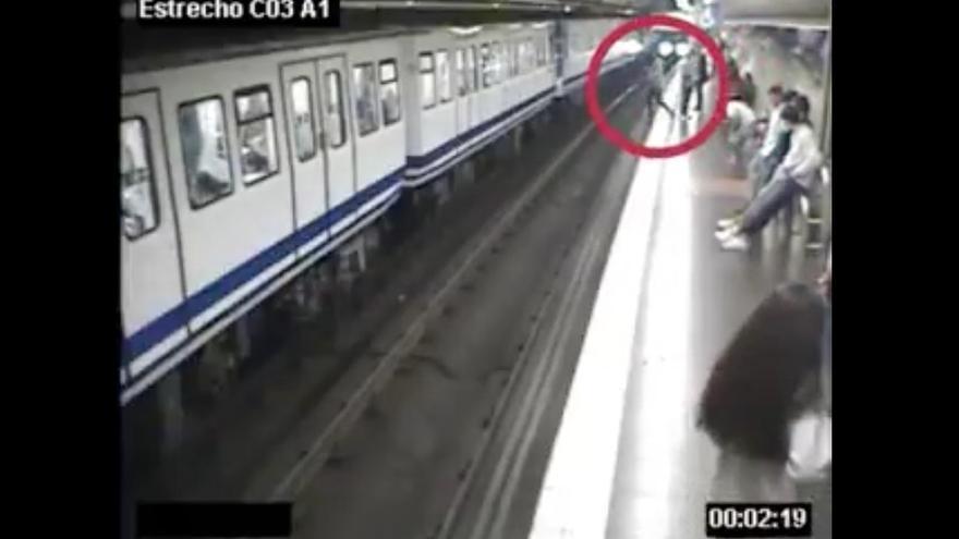 Captura del vídeo con el que Metro de Madrid trata de alertar sobre el uso del móvil en los andenes.
