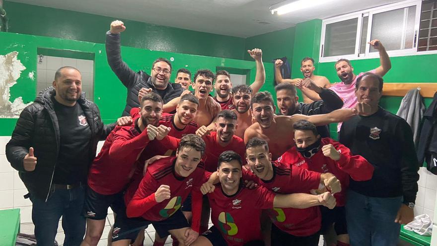 Los futbolistas del Octavio Estévez celebran la victoria frente al Pedro Hidalgo