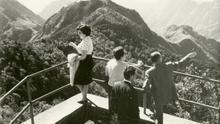 Foto antigua con turistas en un mirador del macizo de Anaga