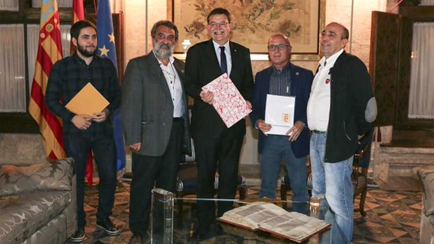 Ximo Puig, con los representantes de Escola Valenciana, en el Palau de la Generalitat.
