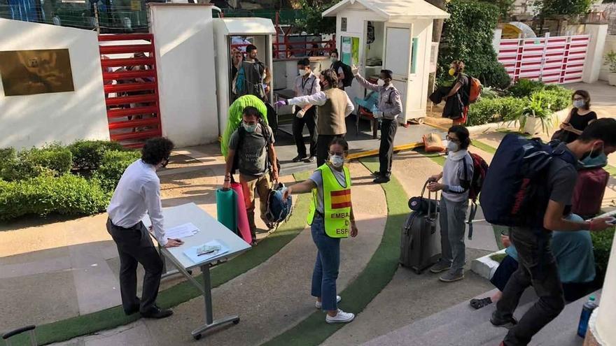 Comienzan a viajar hacia España los turistas alojados en el Cervantes de Nueva Delhi