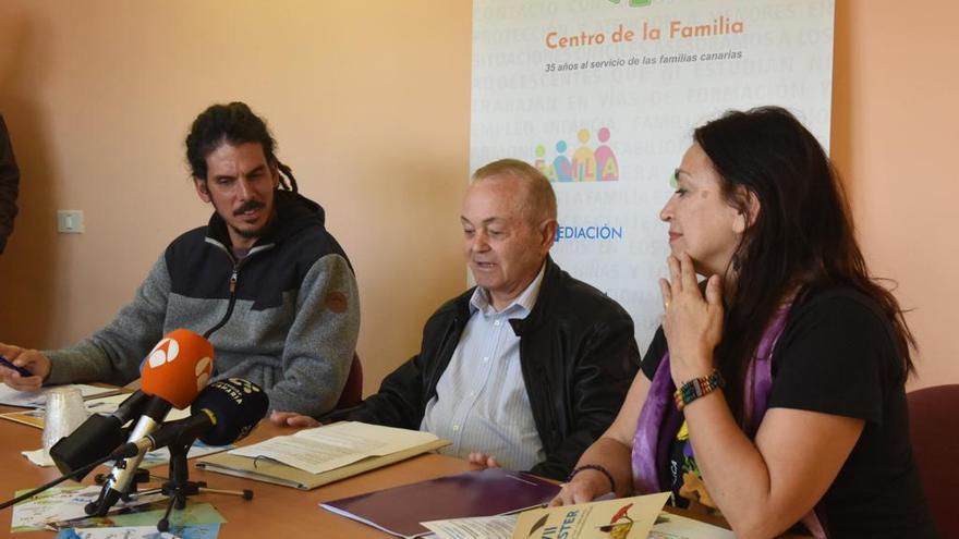 Alberto Rodríguez (candidato de Unidas Podemos al Congreso), Raimundo Moreno (director del Centro de Atención a las Familias de Tenerife) y María del Río, candidata de Podemos por Lanzarote al Parlamento canario.