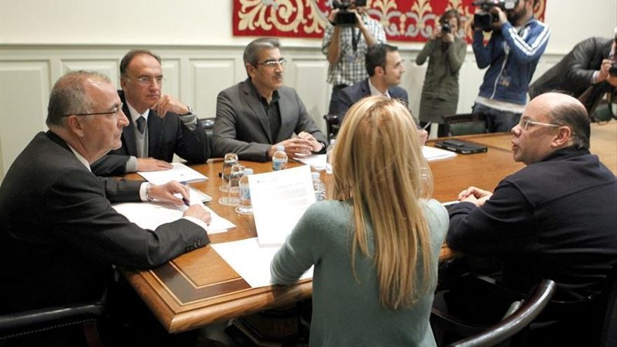 El consejero de Presidencia, Justicia e Igualdad del Gobierno de Canarias, Francisco Hernández Spínola, entregó el anteproyecto de Ley de Transparencia a los portavoces de los grupos parlamentarios. EFE/Cristóbal García
