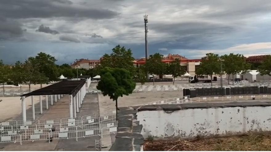 Instalación de carpas, toldos y vallas en el recinto ferial de Torrejón de Ardoz.