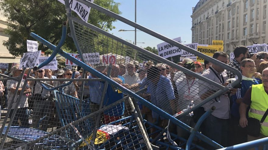 Cordón policial durante las protestas de pensionistas a las puertas del Congreso