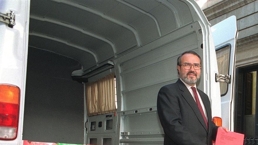 El ministro de Economía y Hacienda, Pedro Solbes, junto a la furgoneta que traladó la documentación del Proyecto de Ley de Presupuestos Generales del Estado para 1995