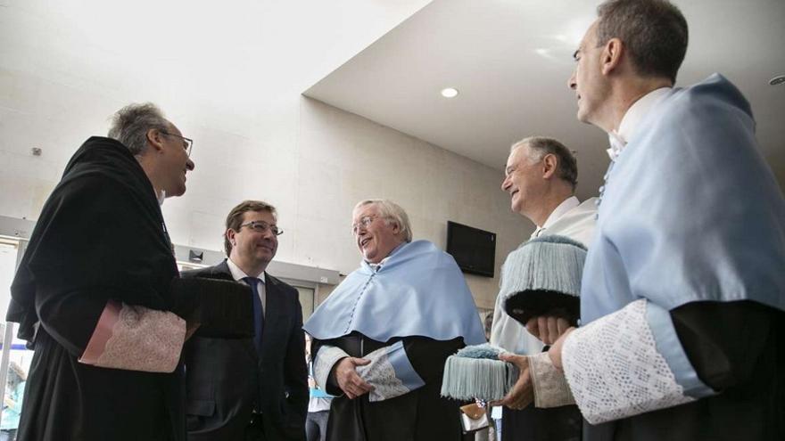 Paul Preston, junto con responsables de la Universidad de Extremadura y el presidente de la Junta / GobExe