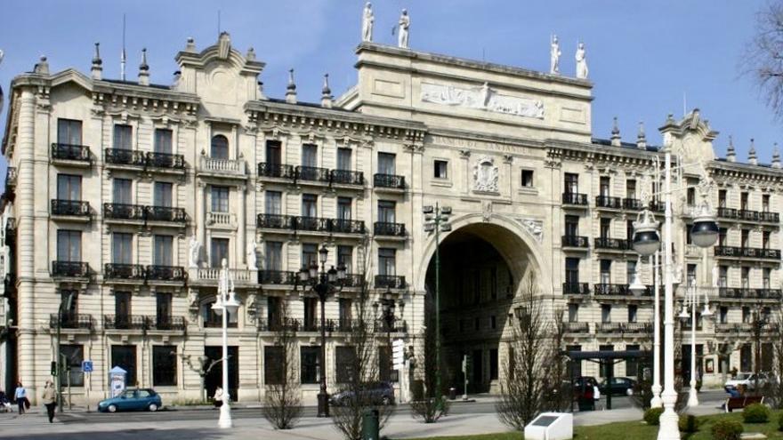 Imagen exterior de la sede del Banco Santander en el Paseo Pereda.