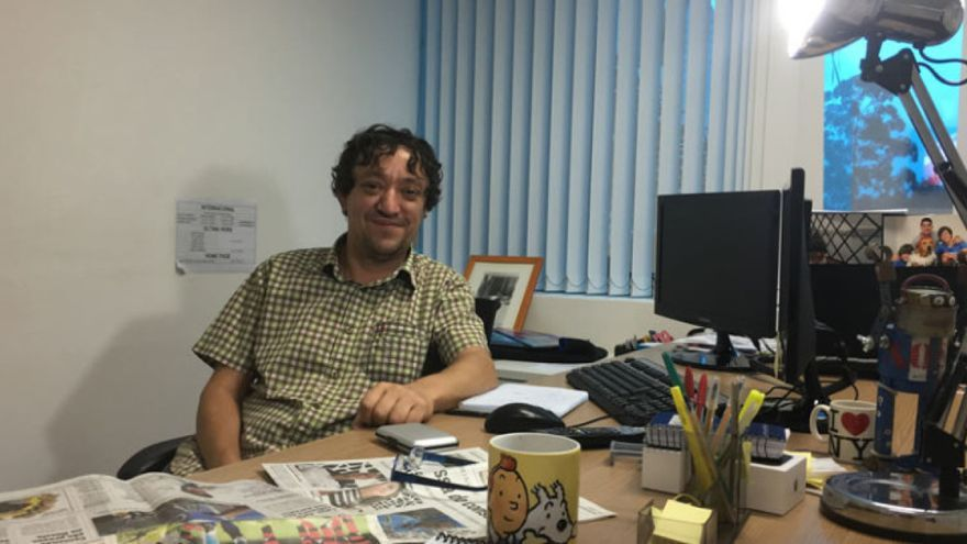 Xosé Hermida, ante su mesa de trabajo