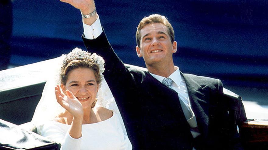 La infanta Cristina en un coche descubierto el día de su boda en Barcelona con Iñaki Urdangarín