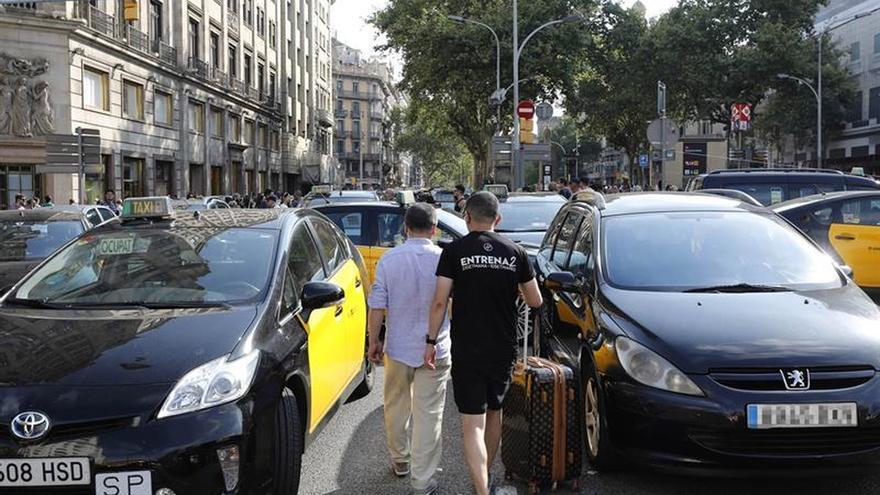 Taxistas de Barcelona amagan con protestas en el Puerto si Fomento no actúa