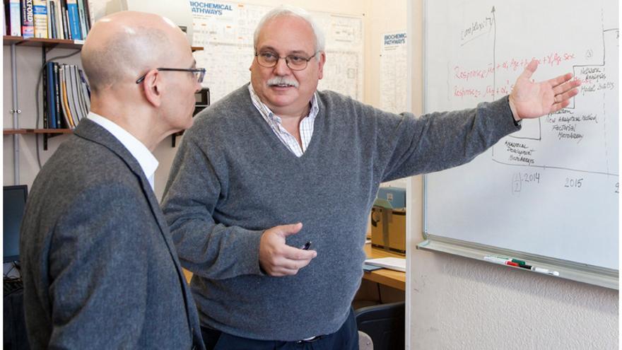 Daniel Guebel (d) con su anfitrión Néstor Torres / Foto de Emeterio Suárez