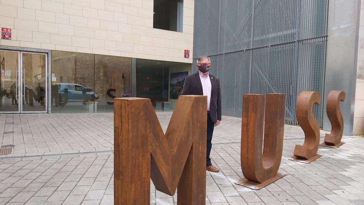 El alcalde, en el exterior del MUSS, el Museo Municipal de Hellín (Albacete)