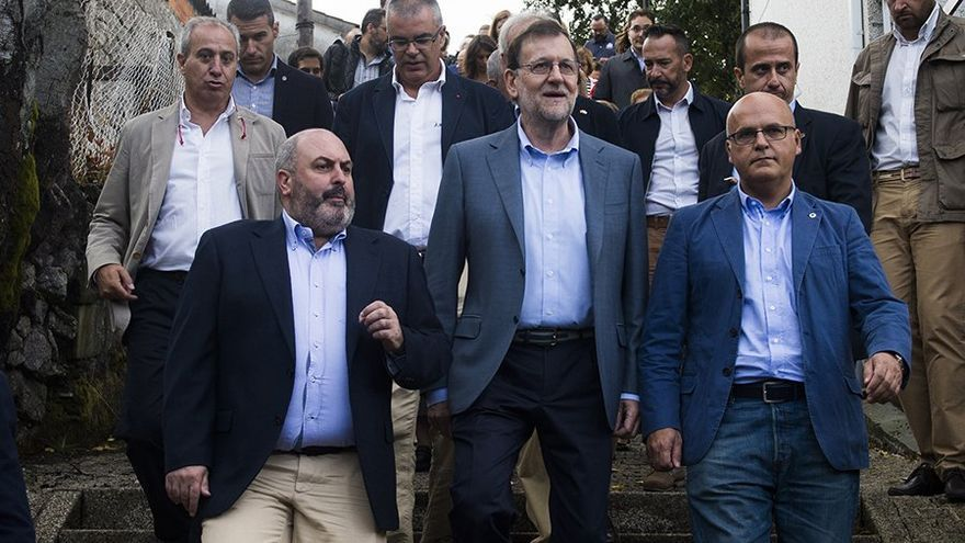 Rajoy con Baltar, presidente del PP en Orense, imputado por varios delitos, este martes en la campaña gallega
