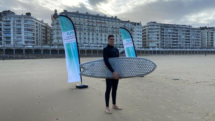 Estudiantes de MU fabrican tablas de surf con el núcleo de cartón para evitar las emisiones que genera el poliuretano