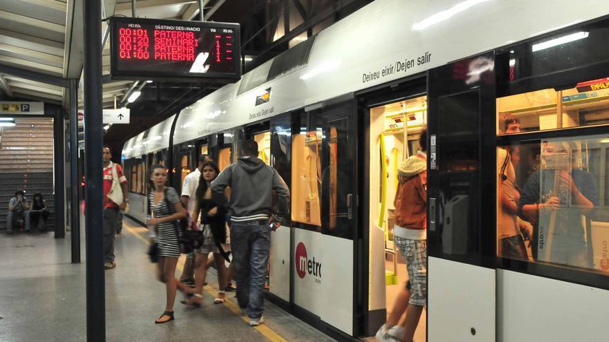 Una unidad de metro parada en una estación