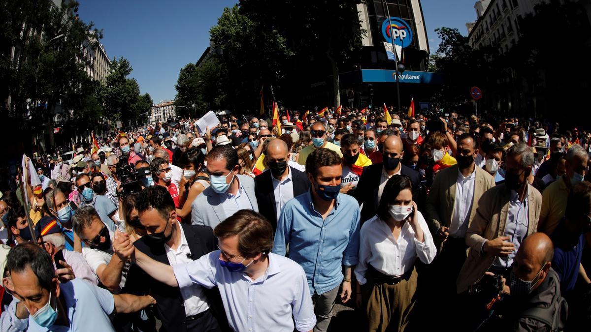 La delegación del PP, este domingo, acercándose a la protesta de Colón.